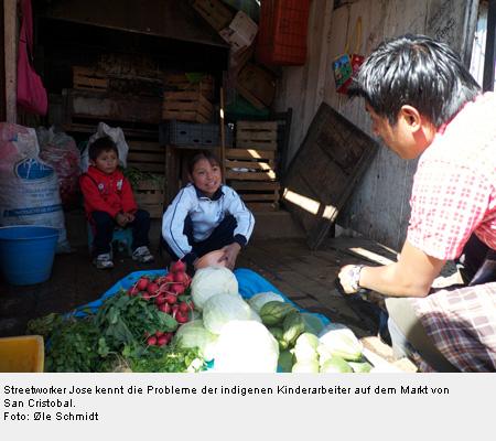 Streetworker Jose kennt die Probleme der indigenen Kinderarbeiter auf dem Markt von San Cristobal