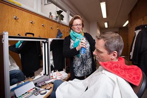 Anna-Maria Meinerz zeigt ihr Können als Maskenbildnerin, die Schauspieler mussten für die Geschichte um 20 Jahre altern. Foto: Maik Grabosch
