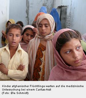 Afghanische Flüchtlingskinder bei einem Arzt der Caritas
