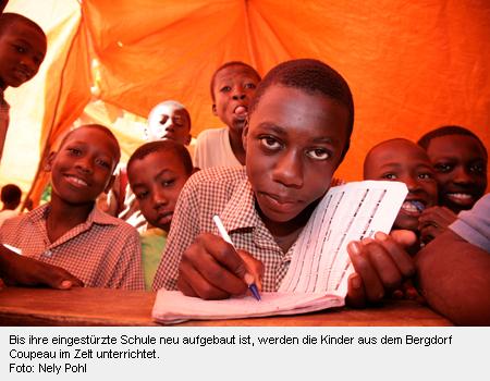 Schüler werden in einem Zelt unterrichtet